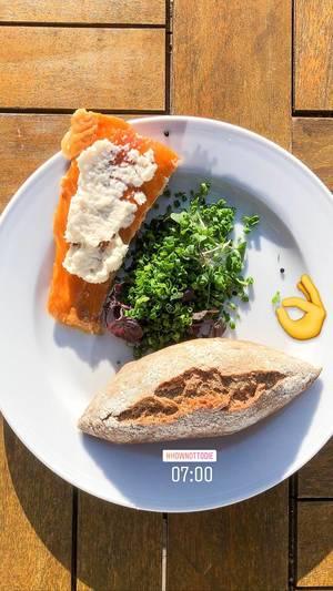 Instagram Foodblogger postet Bild mit Räucherlachs, weißer Creme, Lauchzwiebelsalat & knackigem Brötchen unter dem Hashtag #hownottodie
