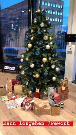 Instagrambild vom geschmückten Weihnachtsbaum mit Geschenken, im WeWork-Coworking Space in Köln