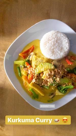 """Instagramfoto und Foodinfluencer zeigt das gesunde Mittagessen """"Kurkuma Curry"""" aus der Vogelperspektive"""