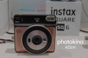 "Instax sq 6 Retrolook-Polaroid-Kamera neben dem Bildtitel ""photokina Köln"""