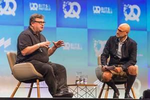 Investor und Silicon-Valley-Unternehmer Reid Hoffman von LinkedIn beim Interview mit Dominik Wichmann auf der bits19 Gründerkonferenz