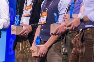 Investoren in Lederhosen auf der Bühne von Bits & Pretzels 2019