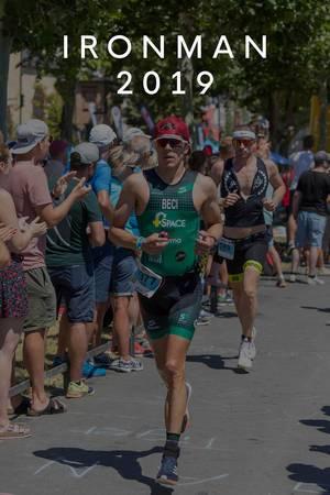 """Ironman-Teilnehmer werden bei der Marathon-Etappe angefeuert, mit dem Bildtitel """"Ironman 2019"""""""