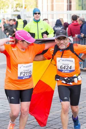 Isabelle und Daniele mit der belgischen Flagge - Frankfurt Marathon 2017