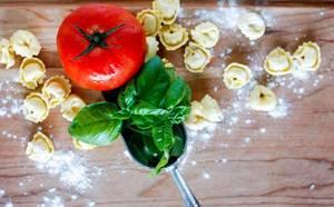Italienische Teigwaren mit Basilikum und Tomate