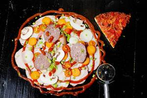 Italienische Zutaten für eine bunte Pizza