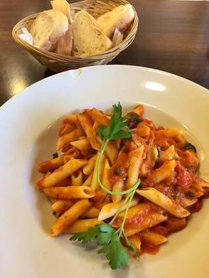 Italienisches Abendessen mit Brotkorb