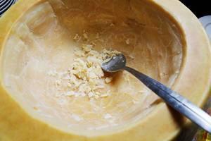 Italienisches Rezept: Nudeln in Laib von Parmesankäse, Nahaufnahme