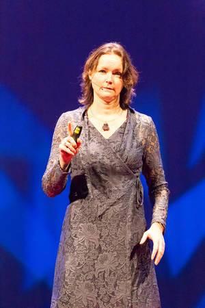 Jacky van de Goor fragt was im Leben wirklich wichtig ist - TEDxVenlo 2017