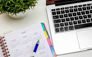 Jahresübersicht im Organizer, auf einem Schreibtisch für Selbstständige