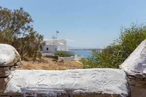 Jahreszahl 2017 mit einer Blume auf der griechischen Insel Paros in Stein gemeißelt und mit dem Mittelmeer im Hintergrund