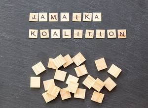 Jamaika Koalition aus Holzformen gelegt auf steiniger Oberfläche