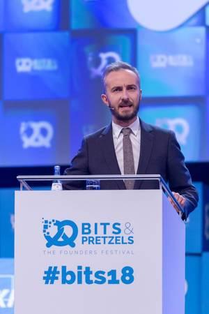 Jan Böhmermann am Podium bei einer Rede mit ernstem Ausdruck