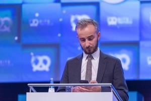 Jan Böhmermann bedient sein Smartphone während Show