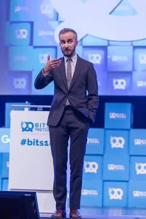 Jan Böhmermann gestikuliert vor Publikum