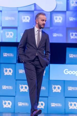 Jan Böhmermann im Anzug auf der Bühne