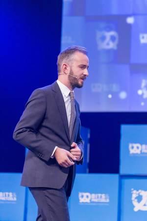 Jan Böhmermann knöpft sich das Sakko währen einer Rede