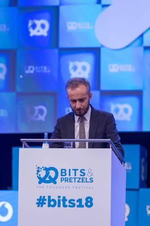 Jan Böhmermann schaut nachdenklich auf seine Notizen bei einer Rede