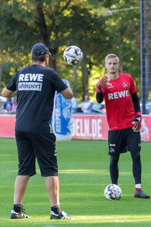 Jan-Christoph Bartels wirft den Ball einem Trainer zu