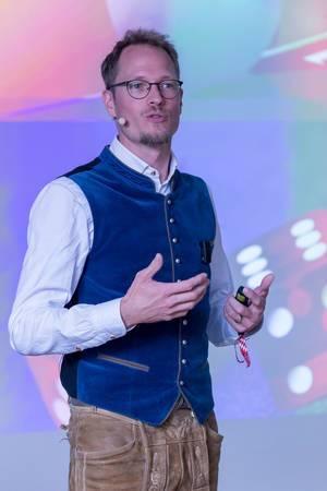 Jan Heitman - Poker Experte in blauer Samtweste