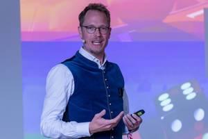 Jan Heitmann der Poker Experte schaut in die Kamera bei Rede