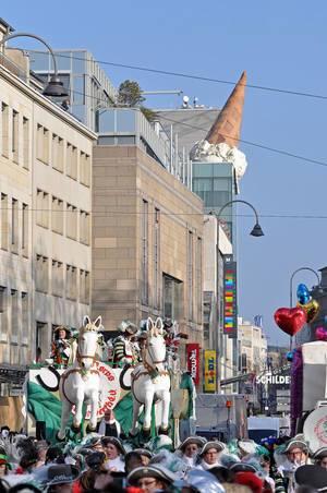 Jan von Werth am Neumarkt mit Eis im Hintergrund