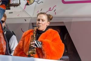 Janine Dornbusch von Querbeat spielt Saxophon  auf dem Wagen von Street Gigs - Kölner Karneval 2018
