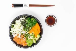 Japanische Küche - Poke Bowl Lachs Teriyaki - mit Sushireis, Lachs, Avocado, Krautsalat, Wakame Salat, Wasago, Nori, Teriyaki-Sauce, Soja-Sauce, Sesam und Schnittlauch