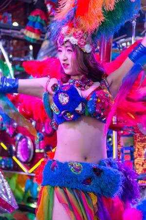 Japanische Tänzerin mit bunter Bekleidung