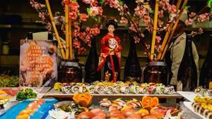Japanischer Sushitisch, mit Puppe und Kirschblüten dekoriert
