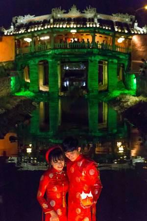 Japanisches Brautpaar vor der japanischen Brücke in Hoi An, Vietnam