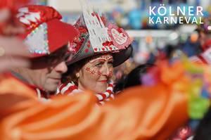 """Jecken mit buntem Kostüm und Gesichtsschminke neben dem Bildtitel """"Kölner Karneval"""""""