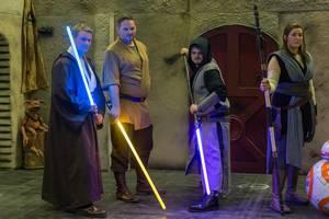 Jedi-Cosplayer mit Lichtschwertern