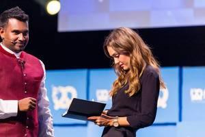 Jessica Alba unterschreibt in einem Notizbuch