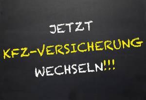 Jetzt Kfz-Versicherung wechseln!: Gelbe und weiße Kreidezeichnung auf dunkler Schultafel - Nahaufnahme