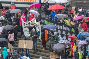 Jetzt oder nie! - Fridays For Future Demonstration vor dem Kölner Hauptbahnhof