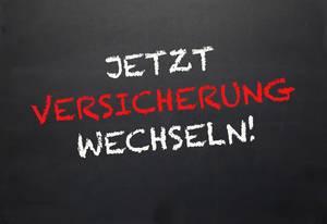 Jetzt Verischerung wechseln!: Aufruf in Handschrift zum KFZ-Versicherungswechel auf Tafel-Unterlage - Nahaufnahme