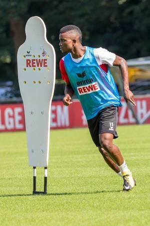 Jhon Córdoba rennt am Dummy vorbei - 1. FC Köln