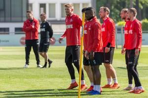 Jhon Córdoba, Simon Terodde, Rafael Czichos und Dominik Drexler vom 1. FC Köln beim ersten Fußballtraining mit Trainer André Pawlak