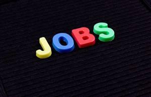 Jobs in bunten Buchstaben auf schwarzem Hintergrund