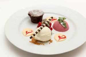 Johannisbeer-Panna Cotta, Schokoladenküchlein und Joghurteis