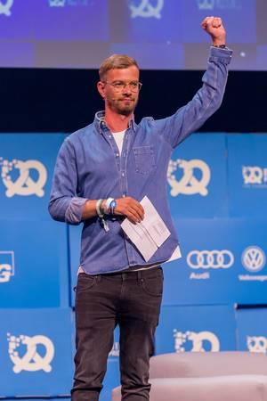 Joko Winterscheidt begeistert auf der Bühne von Startupkonferenz Bits & Pretzels in München