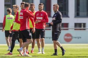 Jonas Hector und seine 1. FC Köln Teamkollegen neben dem neuen Fußballtrainer André Pawlak beim ersten gemeinsam Training