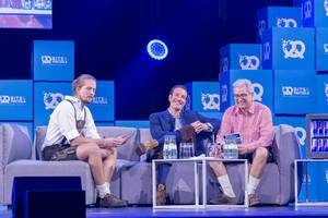 Jonas Huckestein, Maximilian Tayenthal und Laurent Nizri discussing on sofa on stage at Bits & Pretzels 2018