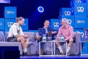 Jonas Huckestein, Maximilian Tayenthal und Laurent Nizri diskutieren auf dem Sofa der Bühne