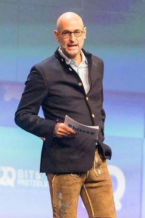 Journalist und Buchautor Dominik Wichmann auf der Bühne der Bits & Pretzels Konferenz in München