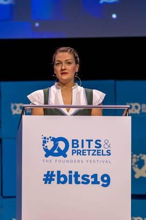 Judith Gerlach hält als bayrische Staatsministerin für digitales eine Rede über Führungspositionen von Frauen