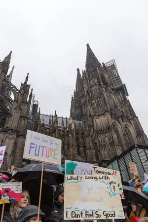 Jugendliche mit Schilden auf Fridays For Future vor dem Kölner Dom
