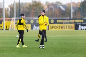 Julian Weigl klatscht und feuert seine Mitspieler an beim Training von Borussia Dortmund