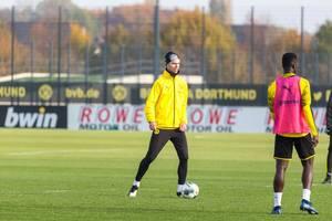 Julian Weigl mit Ball und Wintermütze beim Training des BVB